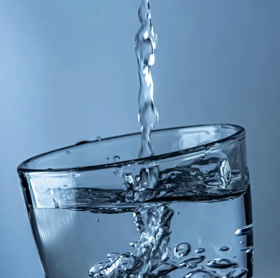 Wasserglas mit kalkfreiem Wasser